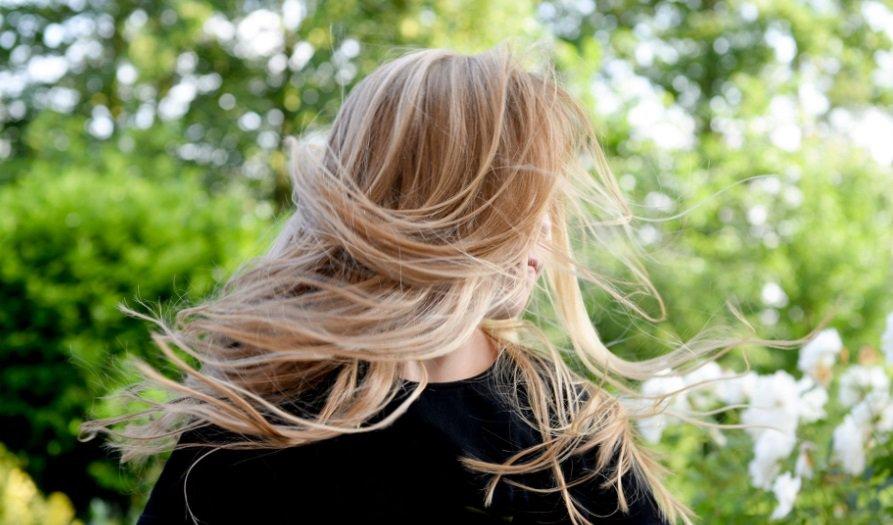 Fille aux cheveux blonds dans le vent